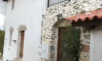 Παραδοσιακή πέτρινη κατοικία με εσωτερικό κήπο. Περιοχή Άνω Σούλι, Μαραθώνα